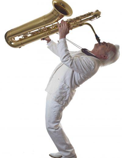 avec saxophone basse en l'air